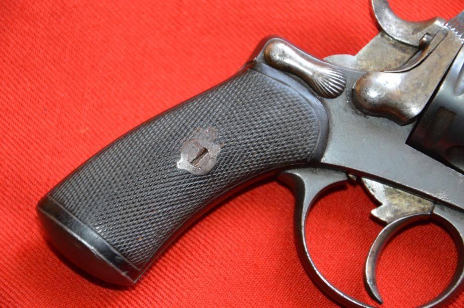 Revolver 1874 civil en calibre 320, fabrication Chamelot et Delvigne, détail de la poignée de crosse et de la clé de démontage