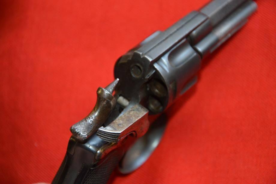 Revolver 1874 civil en calibre 320, fabrication Chamelot et Delvigne, détail du chien décoré