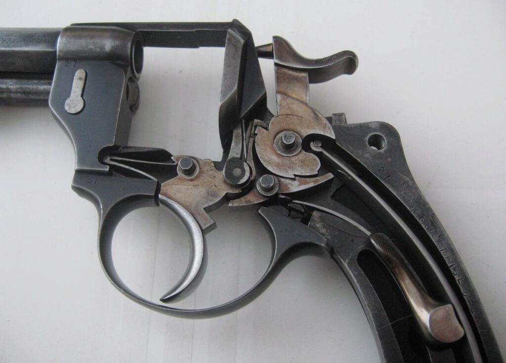 Revolver 1874 civil de la CNN: mécanisme et marquage de la CNN sur la crosse