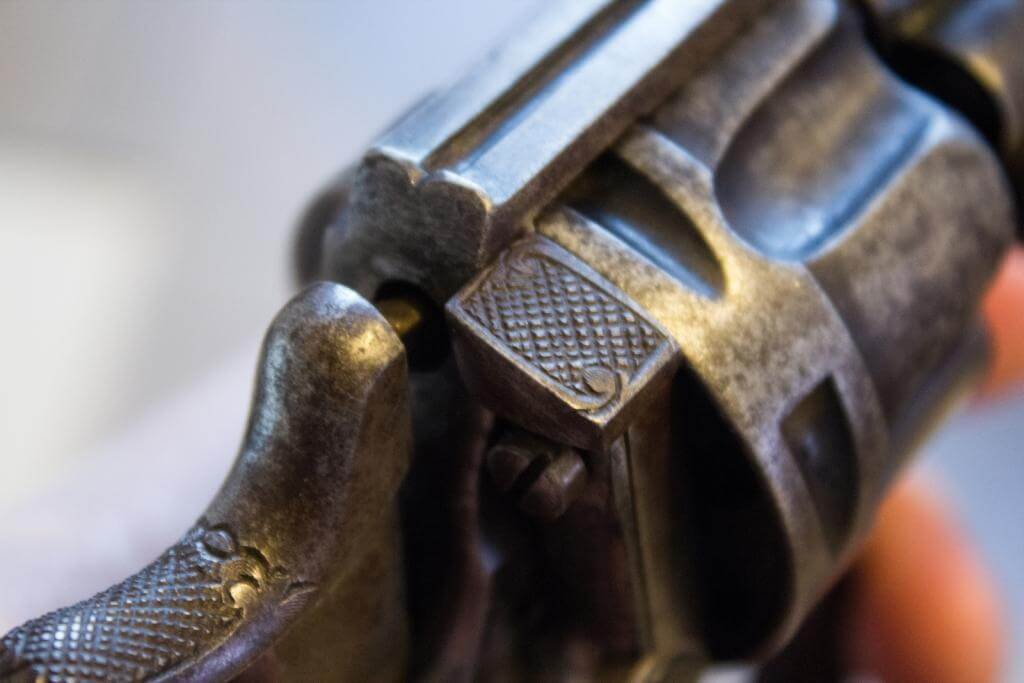 Revolver mle 1874 civil, fabrication belge Chamelot et Delvigne: finitions portière de chargement et chien