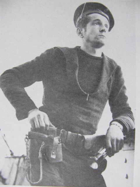 Marin portant un étui ouvert et revolver 1892, en 1909