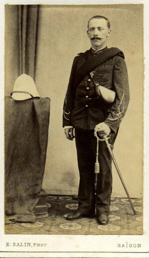 tenue coloniale modèle 1883 avec port de l'étui jambon.