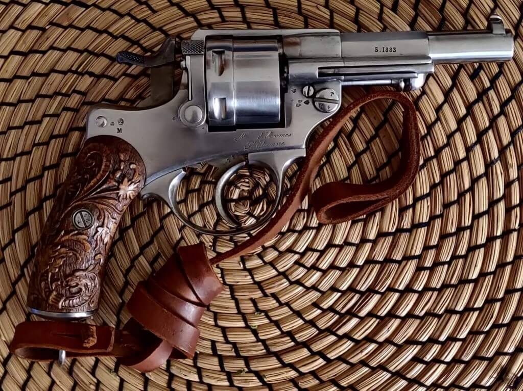 Revolver 1873 avec crosse gravée