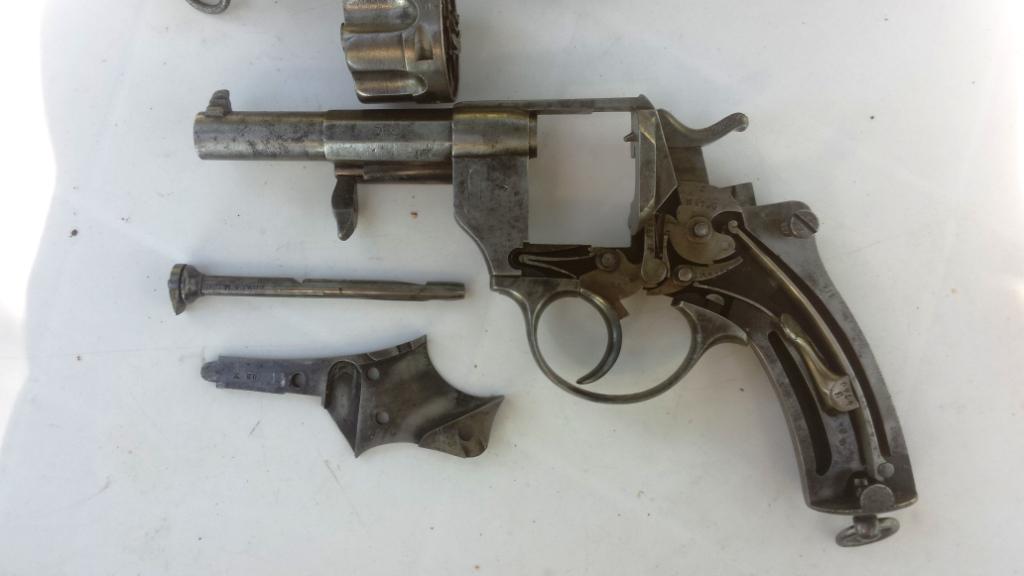 Reste de bronzage sur ce revolver mle 1874: intérieur de la poignée et pontet