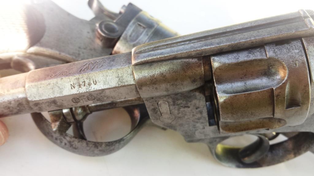 Poussoir (verrou) d'axe du barillet avec tenon en dessous et marquages du canon
