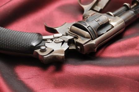 Revolver 1887 - 1889/90 Lamure et Gidrol, détail du percuteur sur la carcasse