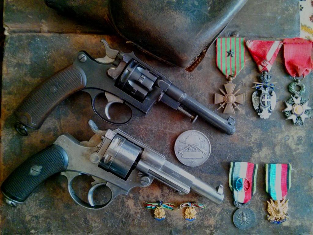 comparaison entre un revolver modèle 1873 et un 1887