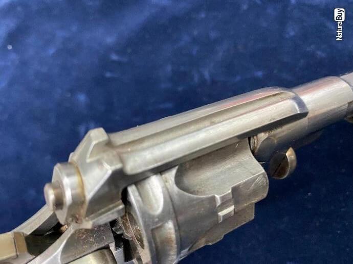 Revolver modèle 1887 militaire dessus du bâti