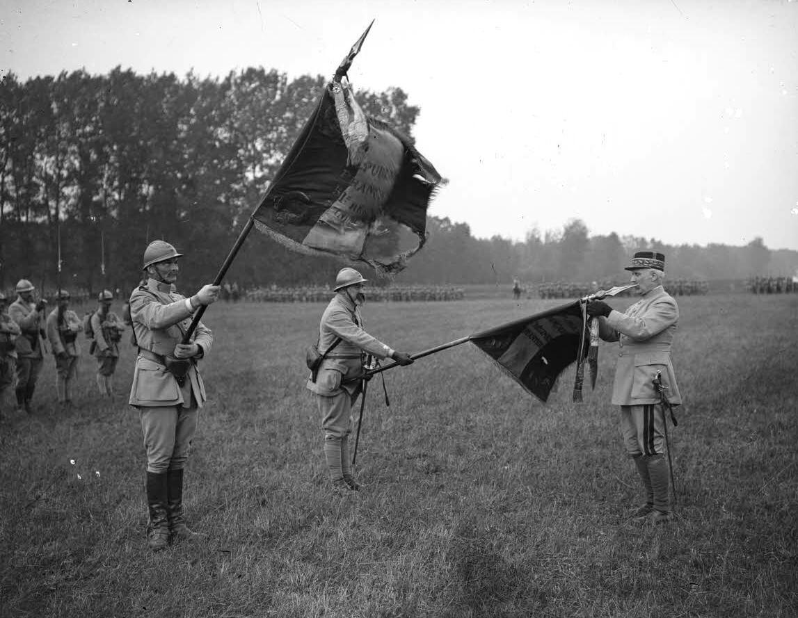 ECPAD - SPA 211 M 4181 - Moreau, Albert. Blesme, revue et remise de décorations par le général Pétain au 51e RI et 87e RI. Le général Pétain décore le drapeau du 87e RI, le 25/07/1917