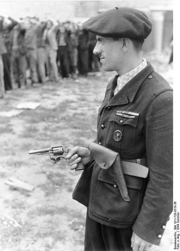 Milicien française, en Juin ou Juillet 1944, à Rennes (asile Saint-Méen), portant un revolver du type 92 espagnol