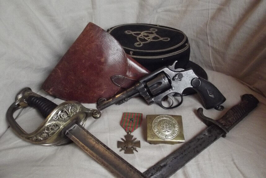 Revolver Hermanos Orbea (92 Espagnol) avec sabre d'adjudant d'infanterie modèle 1845, étui, képi de Lieutenant, baionette Mauser 98-05 et plaque de ceinturon du Wurtemberg