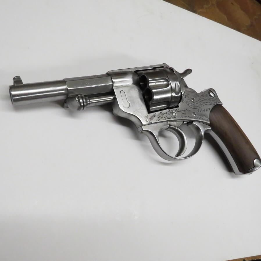 Revolver modèle 1873 offert par le Major Général Cameron au Général Guérin de la 15e division d'Infanterie coloniale, le 13 Septembre 1918