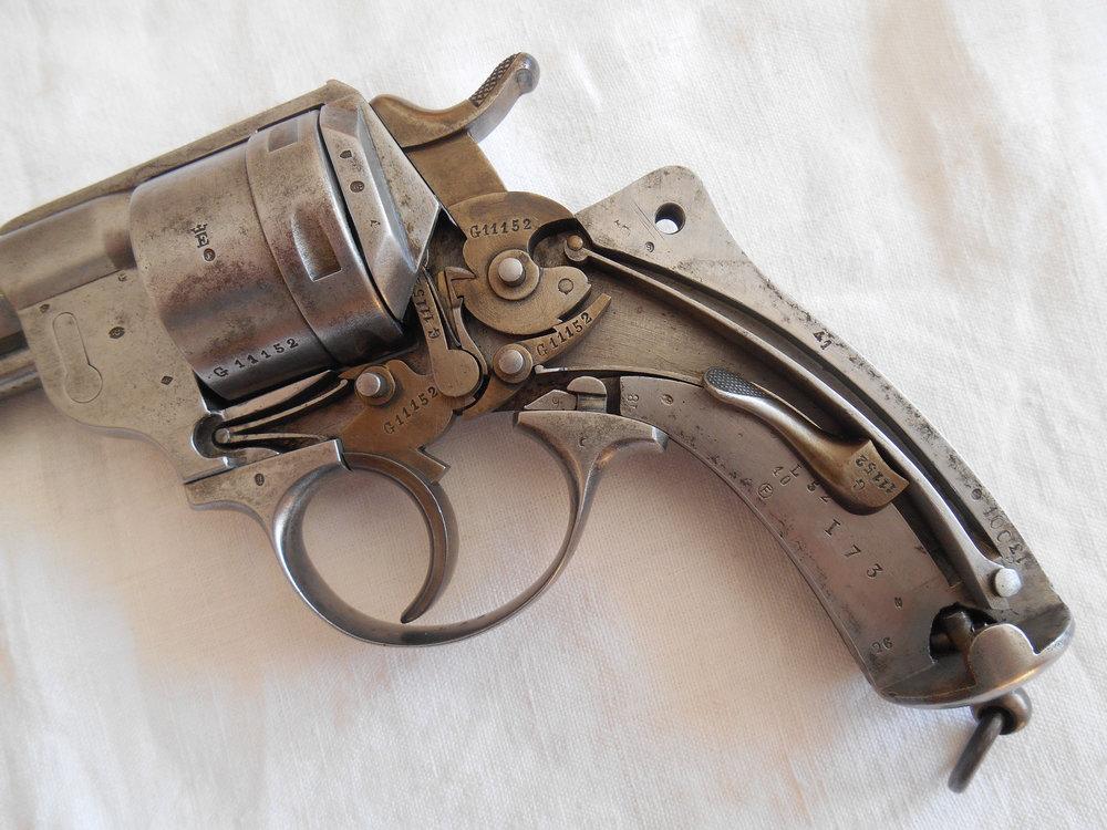 poinçons et numéros sur la crosse du revolver modèle 1873