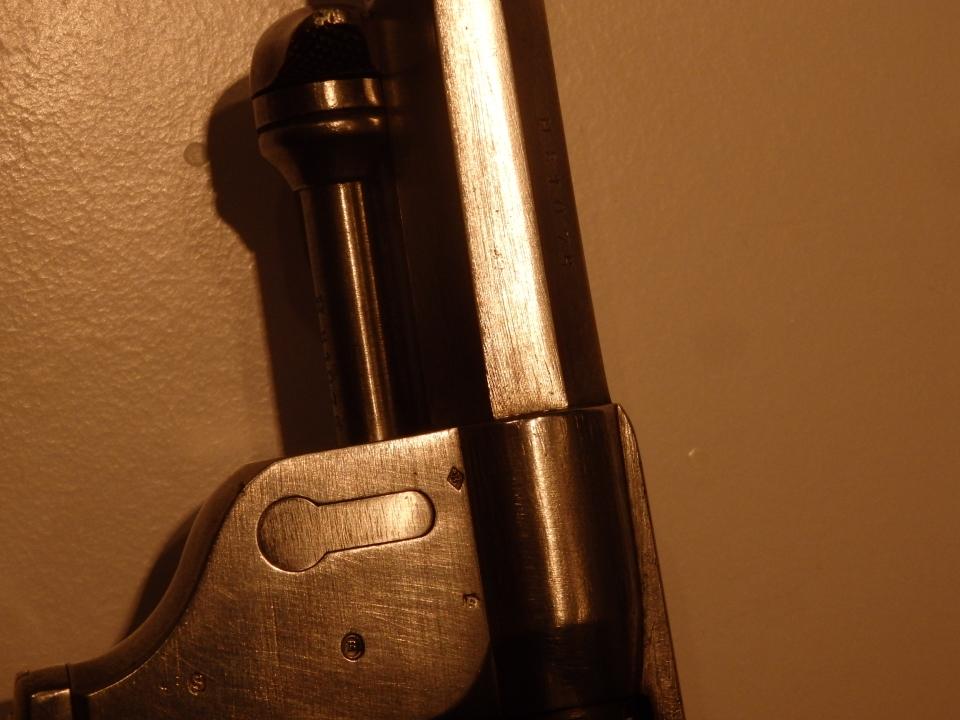 Revolver Mle 1873 avec absence de marquages: absence des poinçons du directeur de la MAS et du contrôleur principal de l'arme finie
