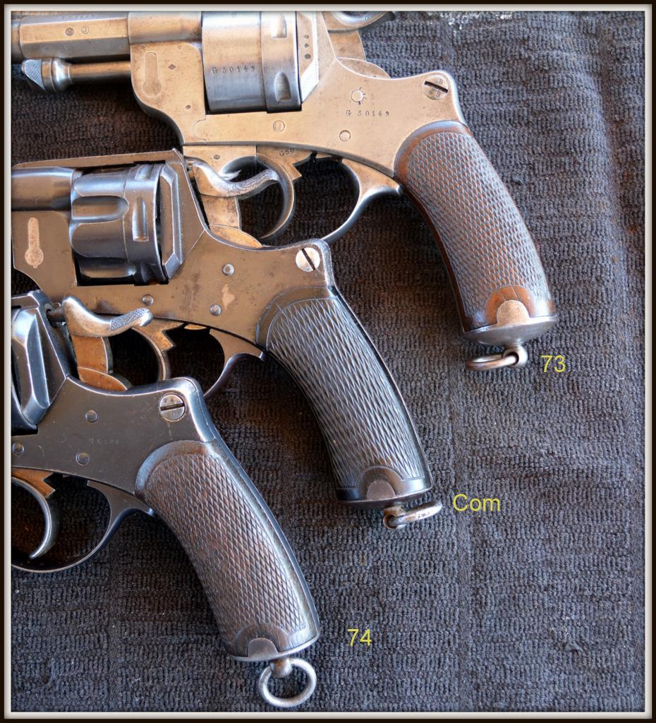 Revolvers modèles 1873, 1874 et modèle commercial: gros plan sur les plaquettes de crosse