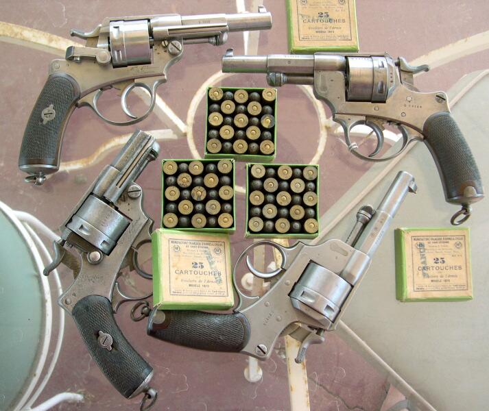 3 boîtes de 25 cartouches pour revolver de l'armée modèle 1873, Manufacture Française d'Armes et Cycles de Saint Etienne, Cartouches Gévelot et Gaupillat, et 4 revolvers 1873