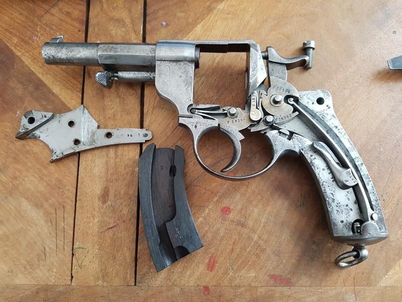 démontage revolver modèle 1873: Déposer la plaquette gauche