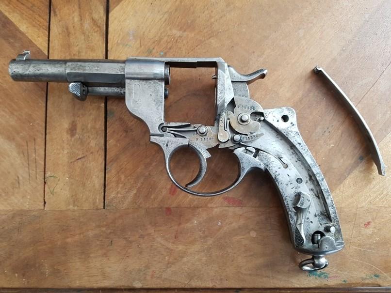 démontage revolver modèle 1873: Déposer le grand ressort
