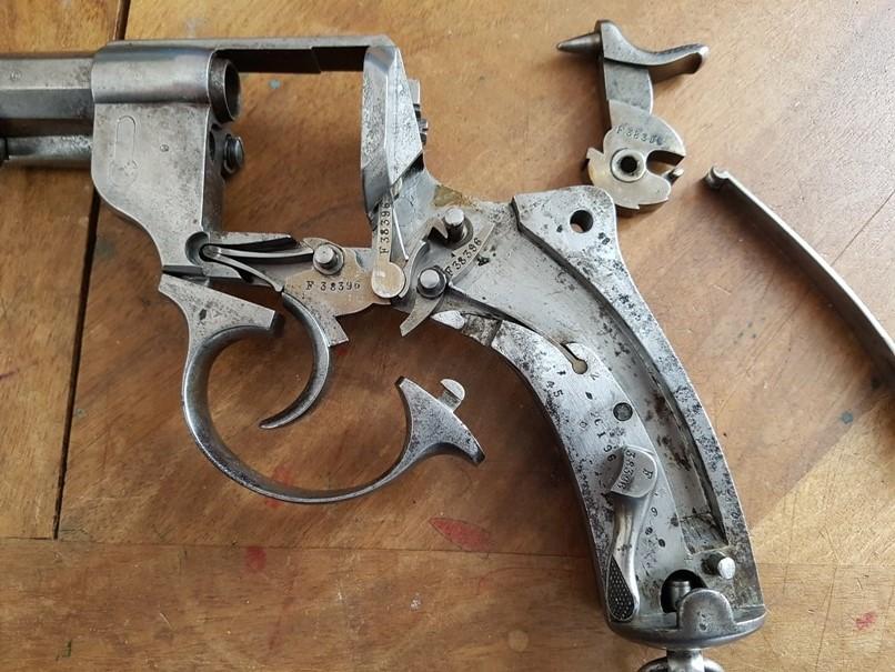 démontage revolver modèle 1873: Déposer le pontet