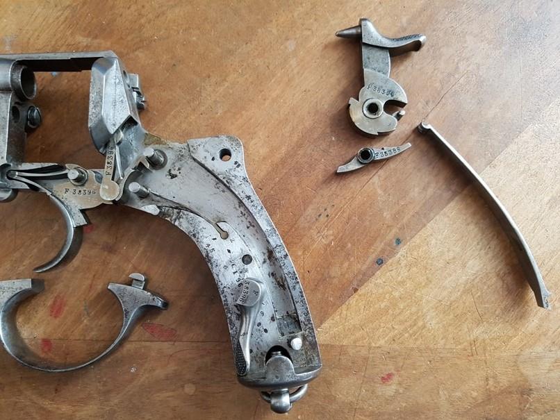 démontage revolver modèle 1873: Déposer la gâchette