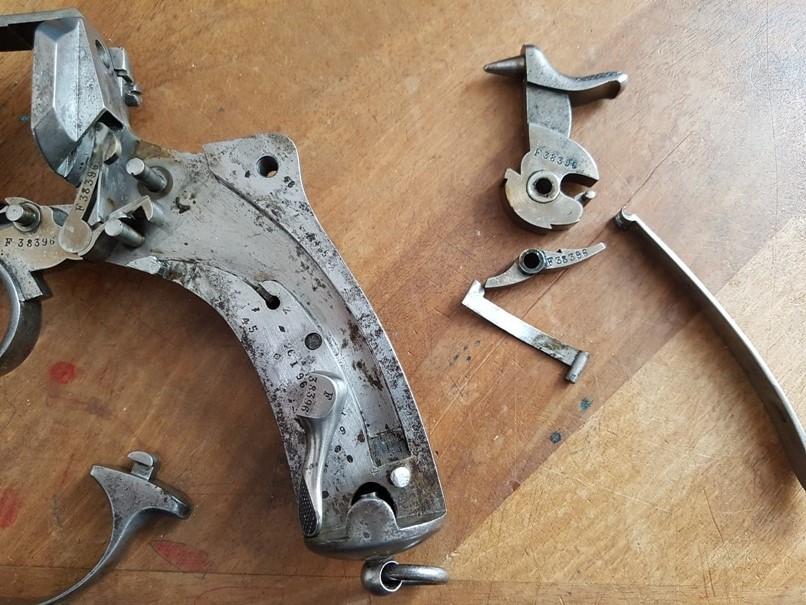 démontage revolver modèle 1873: Déposer le ressort de gâchette