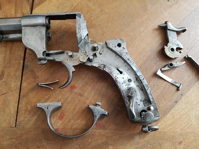 démontage revolver modèle 1873: Déposer le ressort de détente