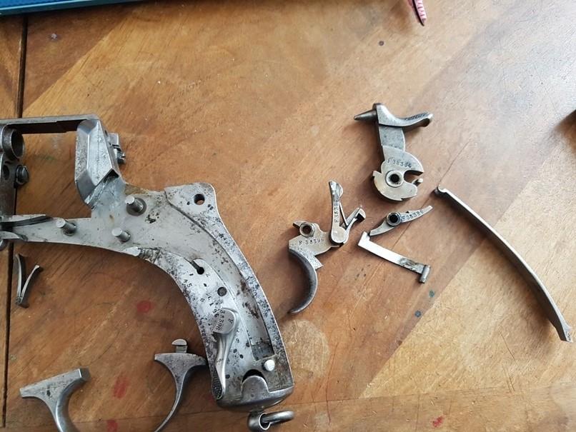 démontage revolver modèle 1873: Amener la tête de la barette hors de son logement et déposer l'ensemble détente-barette