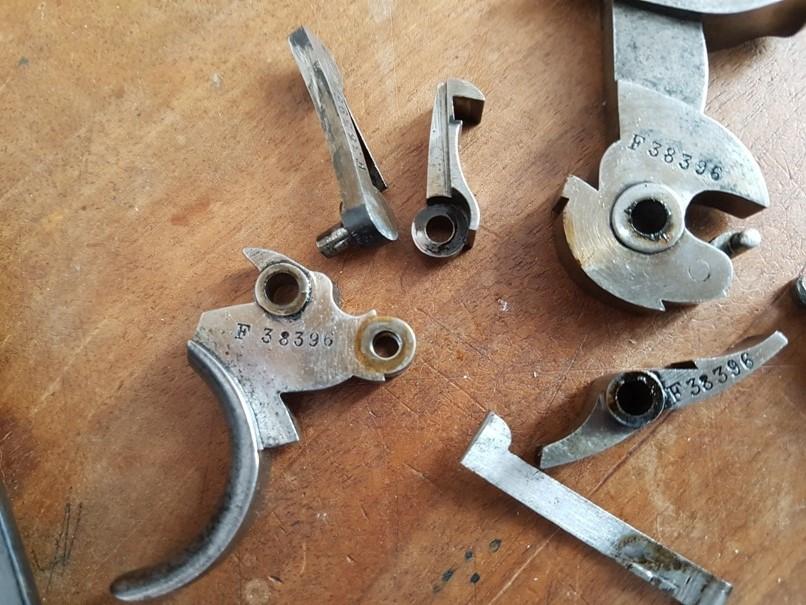 démontage revolver modèle 1873: Séparer la barette, la détente et le mentonnet