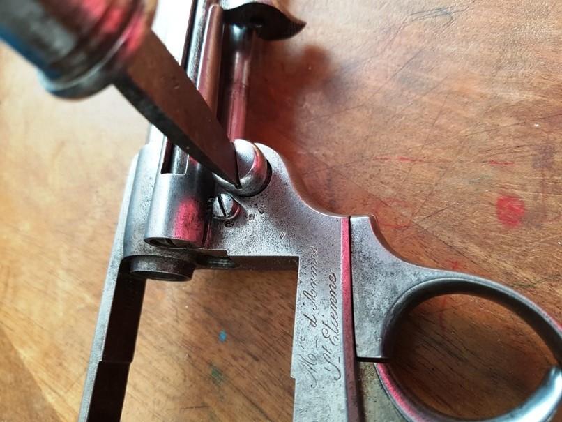 démontage revolver modèle 1873: Dévisser le bouton poussoir du verrou d'axe de barillet