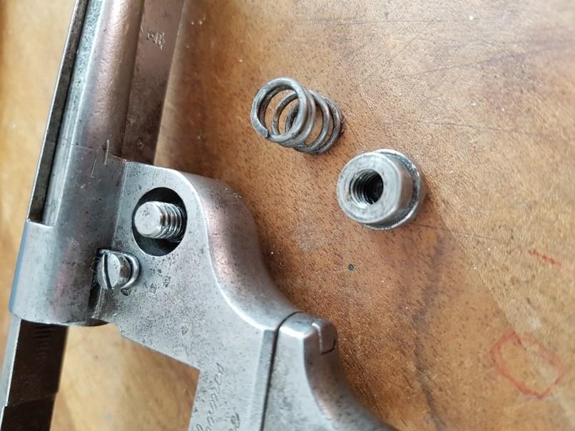 démontage revolver modèle 1873: Déposer le bouton et le ressort