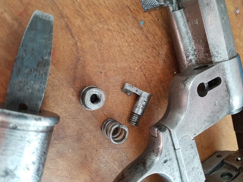 démontage revolver modèle 1873: Déposer le verrou, du coté gauche de la carcasse