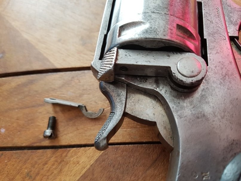 démontage revolver modèle 1873: Extraire le ressort
