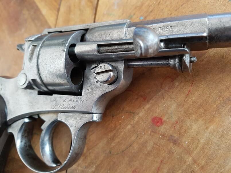 démontage revolver modèle 1873: Faire entrer la tête de la baguette dans le rail du porte baguette