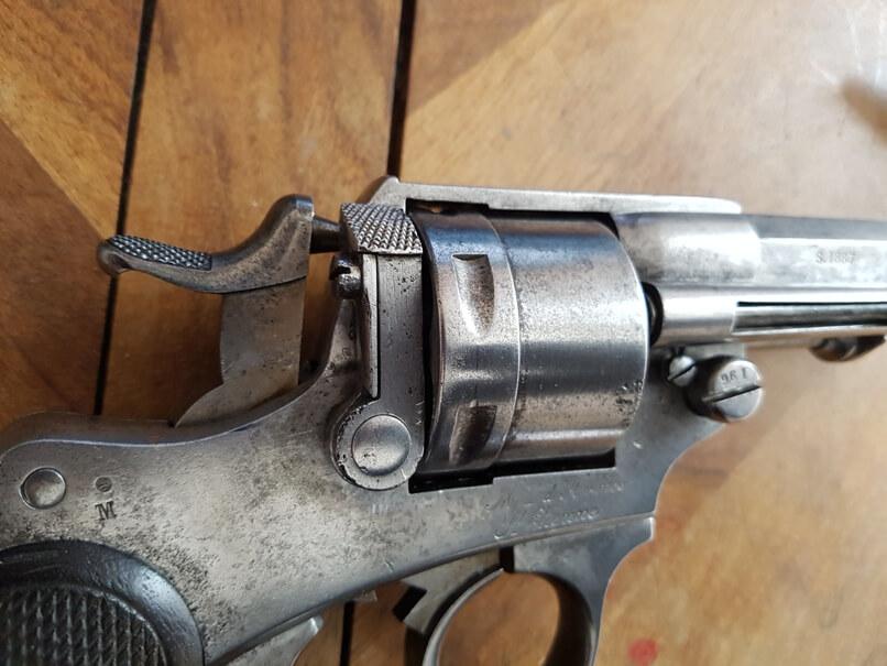 démontage revolver modèle 1873: Mettre le chien en position demi-armé (1er cran)
