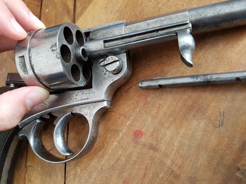 démontage revolver modèle 1873: Récupérer le barillet, par le coté droit, en faisant attention à la baguette qui le retiens