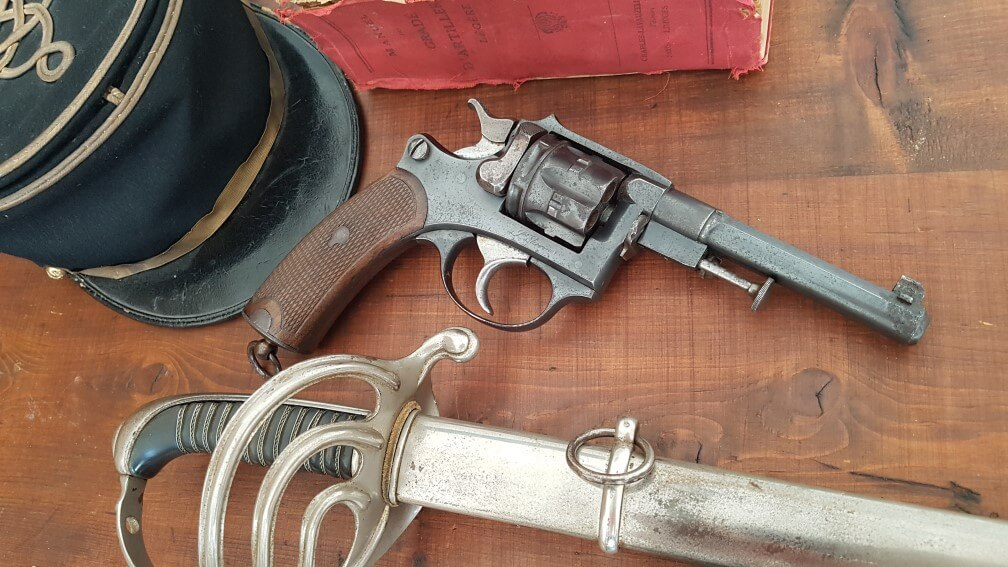 Revolver modèle 1887 du commerce avec sabre d'officier d'infanterie modèle 1882 fantaisie, pour les chasseurs d'Afrique, képi de l'artillerie et manuel du gradé de l'artillerie