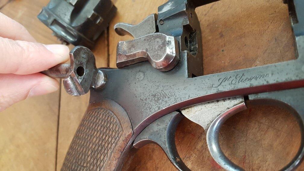 démontage Revolver modèle 1887: Utiliser l'axe de barillet comme tournevis pour dévisser la vis de la plaque-pontet