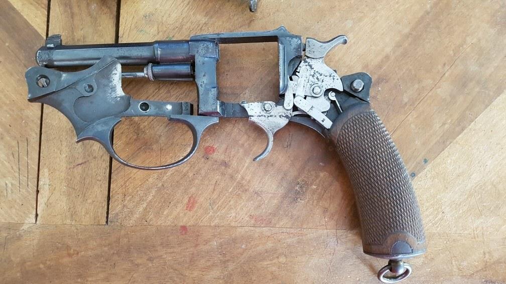 démontage Revolver modèle 1887: Rabattre la plaque-pontet