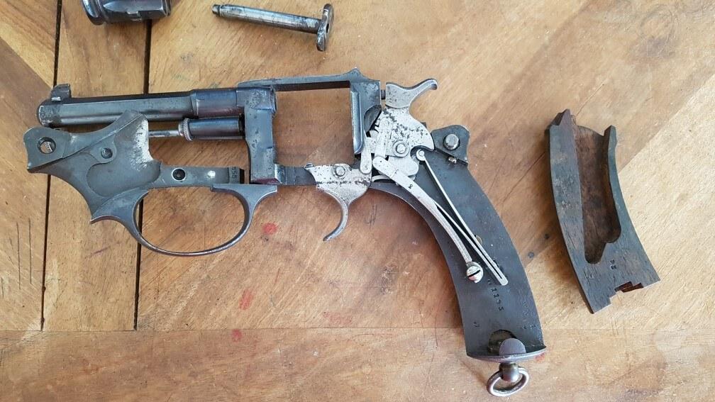 démontage Revolver modèle 1887: Déposer la plaquette gauche