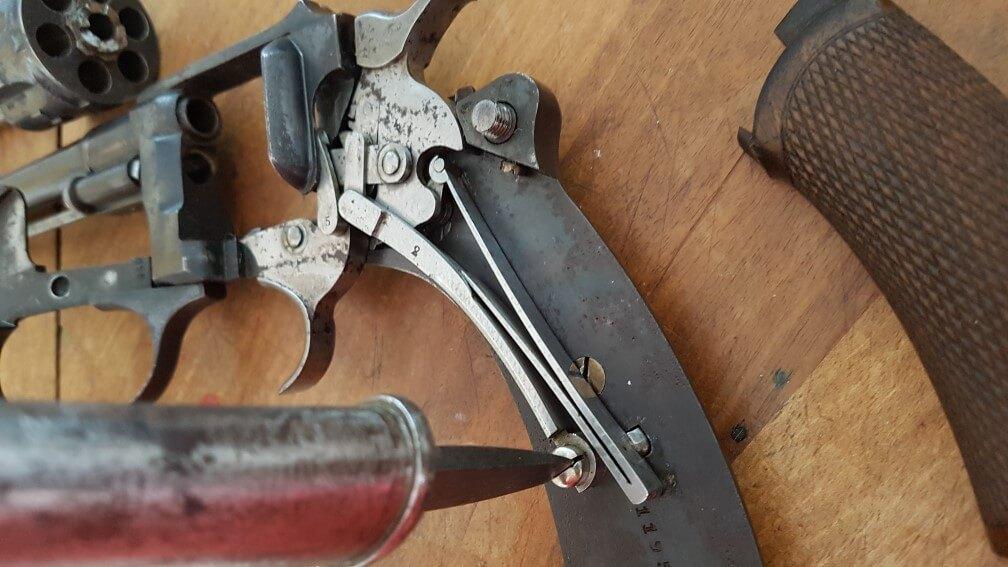 démontage Revolver modèle 1887: enlever la vis maintenant le levier de rebondissement