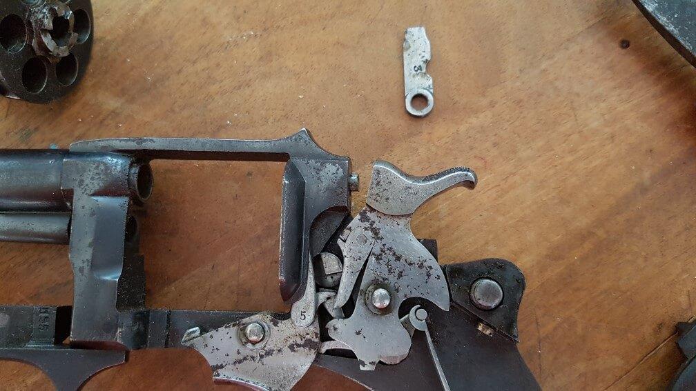 démontage Revolver modèle 1887: Oter le levier central