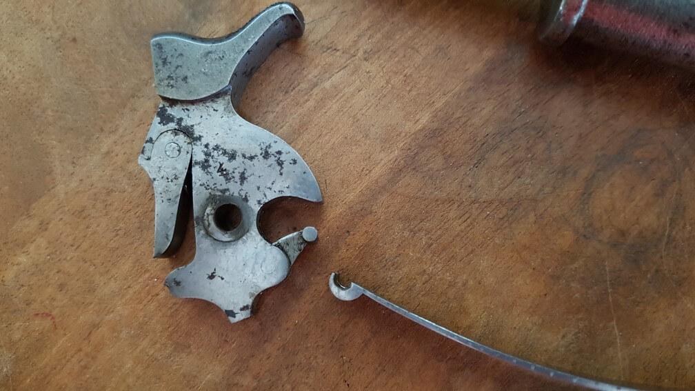démontage Revolver modèle 1887: Séparer le grand ressort de la chaînette du chien