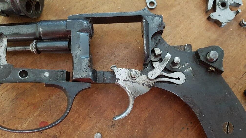 démontage Revolver modèle 1887: Rammener la queue de détente vers l'avant