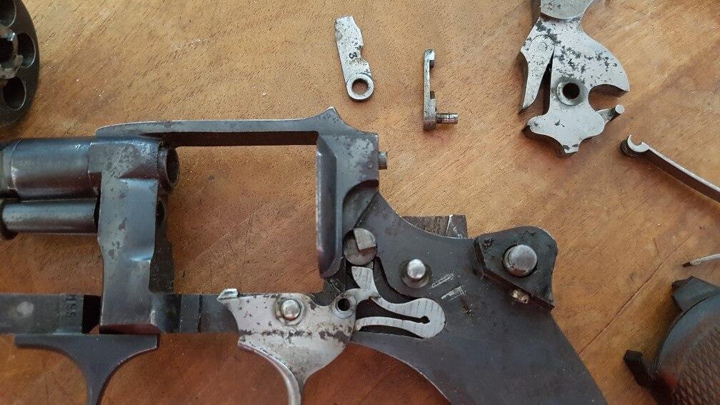 démontage Revolver modèle 1887: Oter la barette, en la sortant par le haut