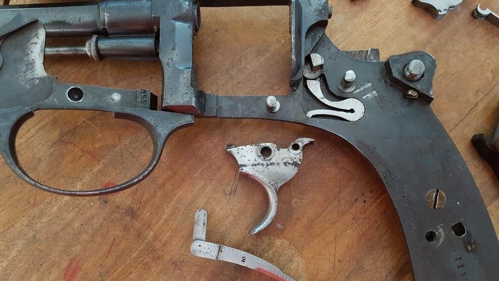 démontage Revolver modèle 1887: Oter la queue de détente , en la sortant par le haut