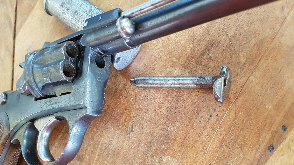 démontage Revolver modèle 1887: sortir l'axe de barillet