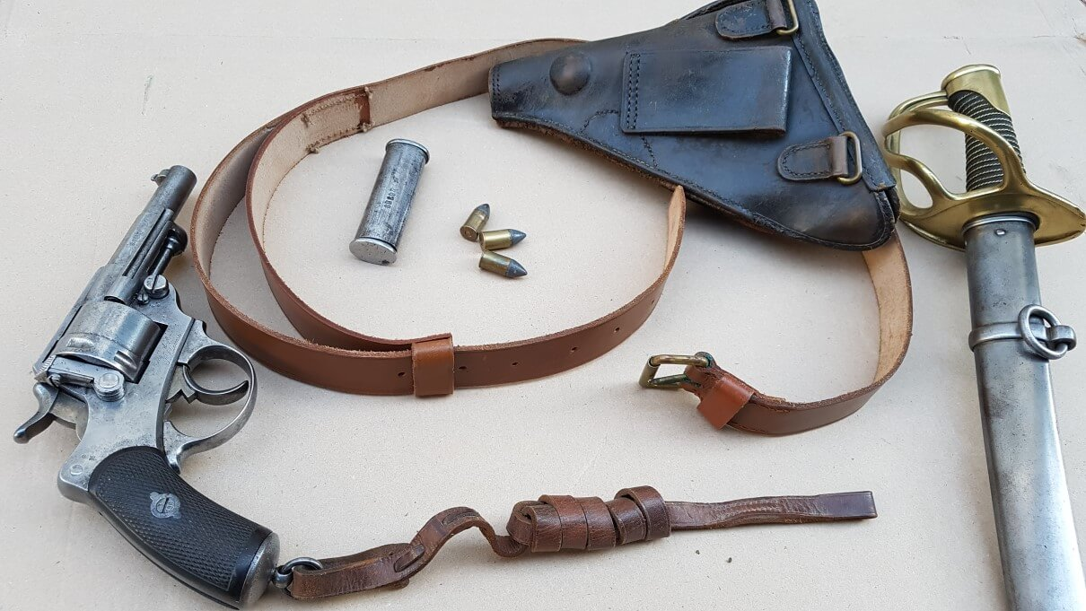 courroie de ceinture pour l'étui jambon Manufrance, revolver modèle 1873 et sa dragonne, étui jambon, nécéssaire d'arme modèle 1874, cartouches 11mm73 et sabre de cavalerie légère modèle 1822