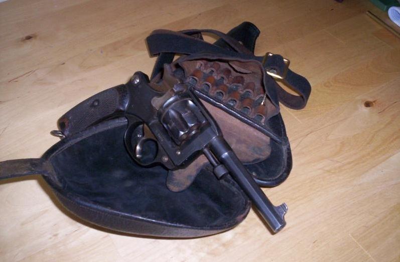 étui jambon avec doublure en feutrine noire et revolver 1892