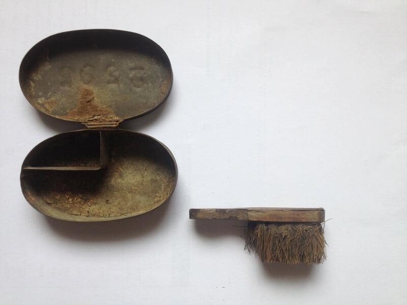 Boîte d'armes du réglement de 1845, avec sa brosse. Couvercle matriculé.