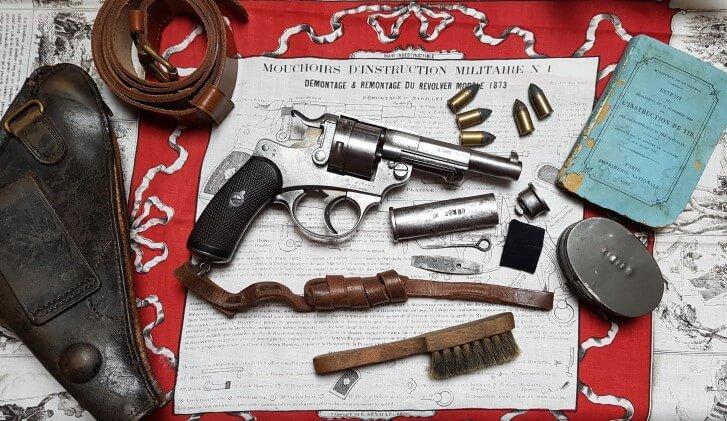 Revolver modèle 1873 et ses accessoires: étui jambon, courroie de ceinture, dragonne, nécéssaire d'arme modèle 1874, brosse, boîte à graisse, mouchoir d'instruction, Instruction de tir de 1883, ...